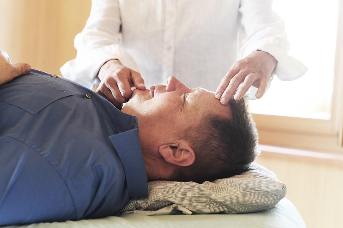 Kinesiologische Behandlung am Menschen